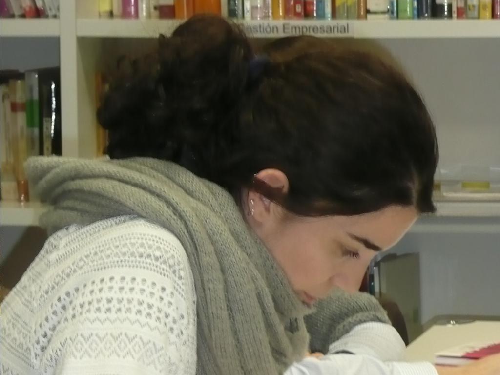 Imagen de alumna del Ceicid estudiando