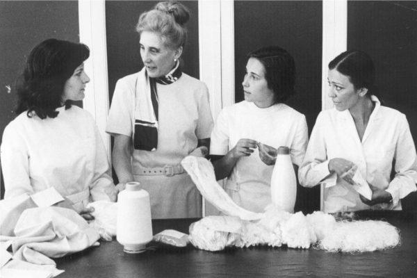 Guadalupe en clase de textiles con las alumnas de la 6º promoción Carmen Navarro, Teresa Casas y Mª Teresa Fernández de la Lama. Madrid, 1974.